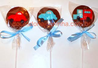 Pirulitos de chocolate decorados com diversos temas. Na foto Carrinhos e caminhão para Chá de Bebê