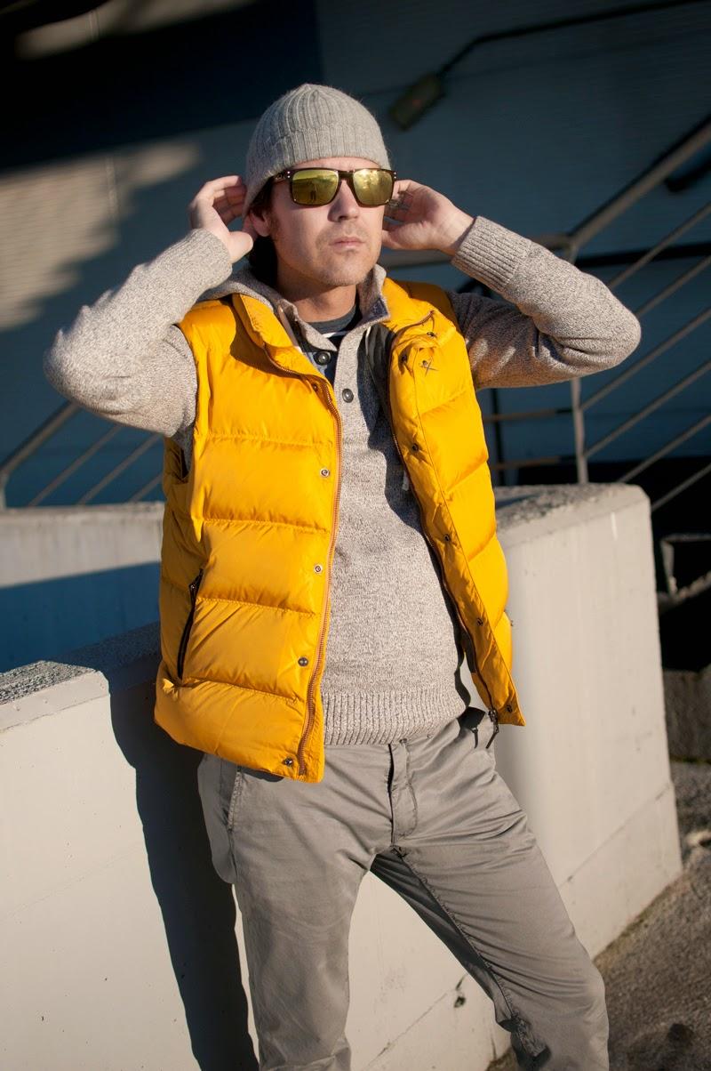 Yellow vest in grey look