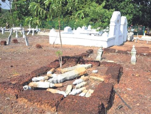 Dapat Alamat Dari 'Tuhan' Untuk Cabut Batu Nesan Kubur