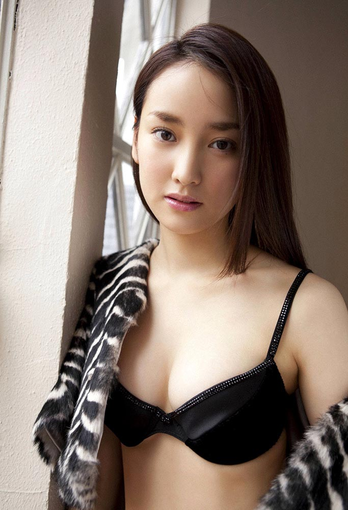 natsuko nagaike sexy boob cleavage 03