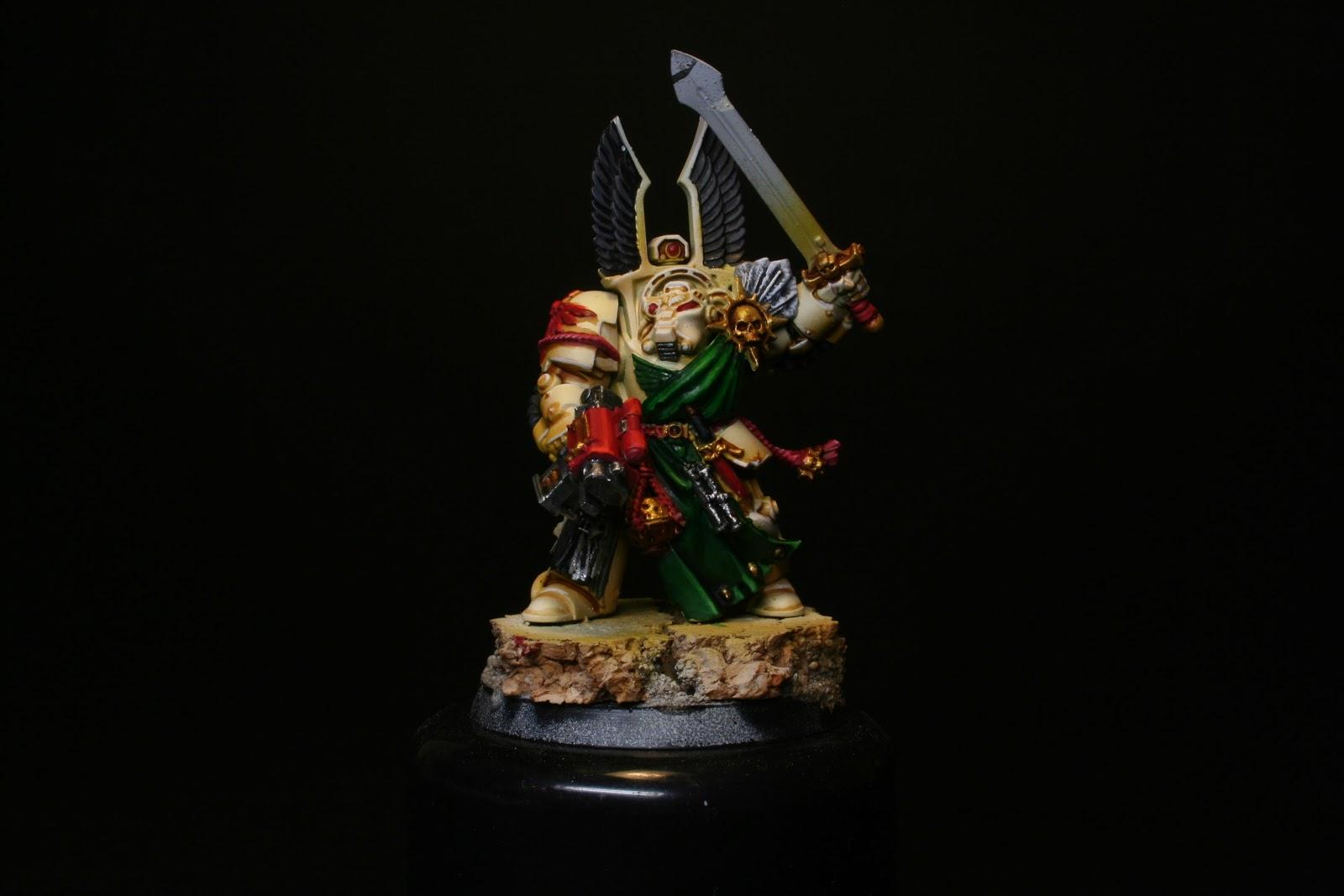 Luces en los rojos en los exterminador de los Ángeles Oscuros de la caja de Warhammer: Venganza Oscura