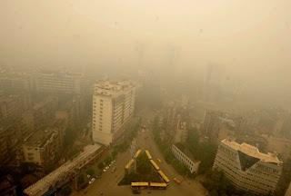Nuvem amarelada envolve cidade na China e autoridades aconselham que as pessoas fiquem em casa