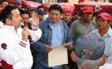 Secre Comuna Klkiní entrega lonas a Tricicleros. 21feb2011.