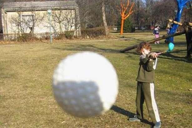 bola golf yang salah sasaran