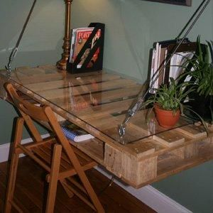 Escritorio colgante en pared hecho de for Cadenas de muebles
