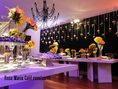 15 anos, decoração, flores amarelas, lustre preto, móveis brancos, bandeja prata