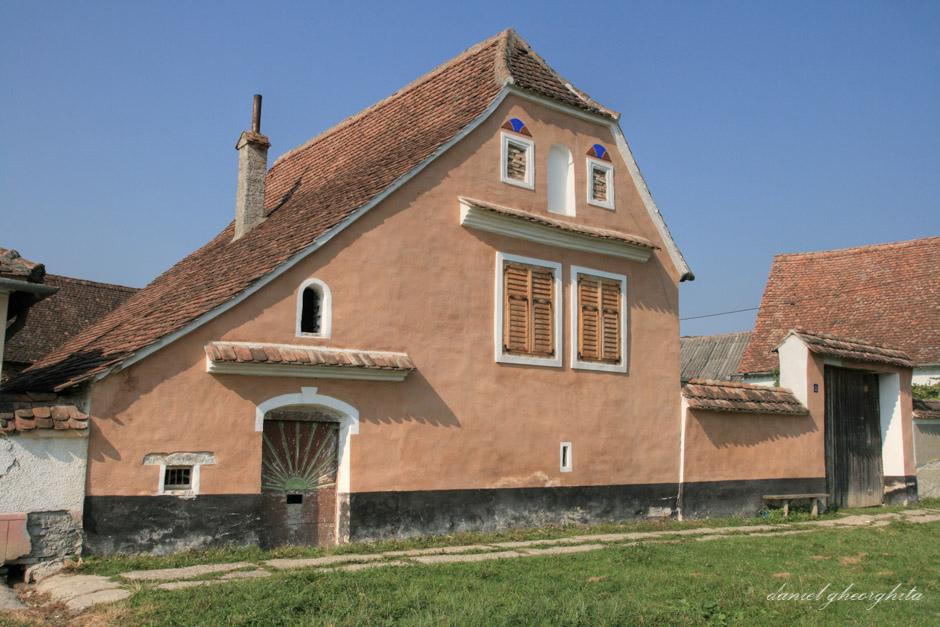 Casa saseasca, Crit