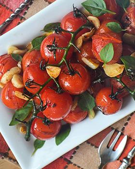 Tomates em rama temperados na frigideira