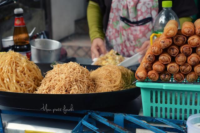 Street food : réalisation d'un pad thaï dans les rues de Bangkok