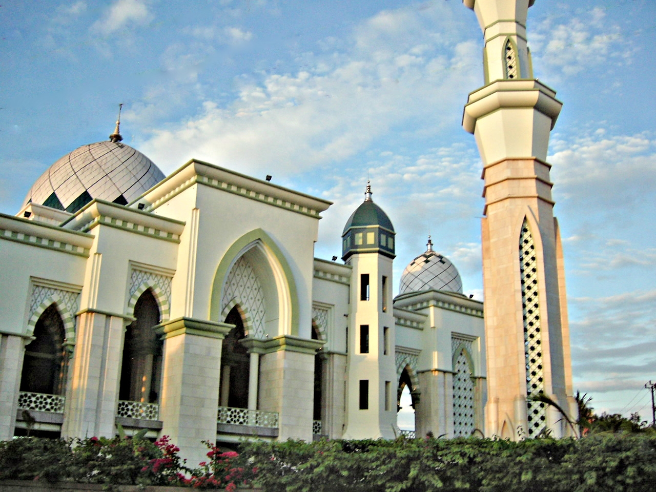 Listen masjid indonesia for Mosque exterior design