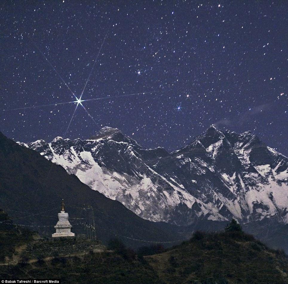 Ngôi sao sáng Capella tỏa sáng trên bầu trời nóc nhà của thế giới - đỉnh núi Everest. Tác giả : Babak Tafreshi.