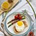 Sznycle z indyka z jajkiem i szparagami w szynce