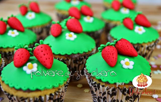 tutorial per dolcidee.it: come realizzare dei cupcakes primaverili con fragole e decorazioni in pasta di zucchero