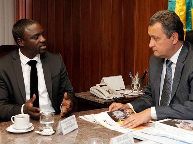 Akon vai implantar projeto de energia solar no bairro da Liberdade