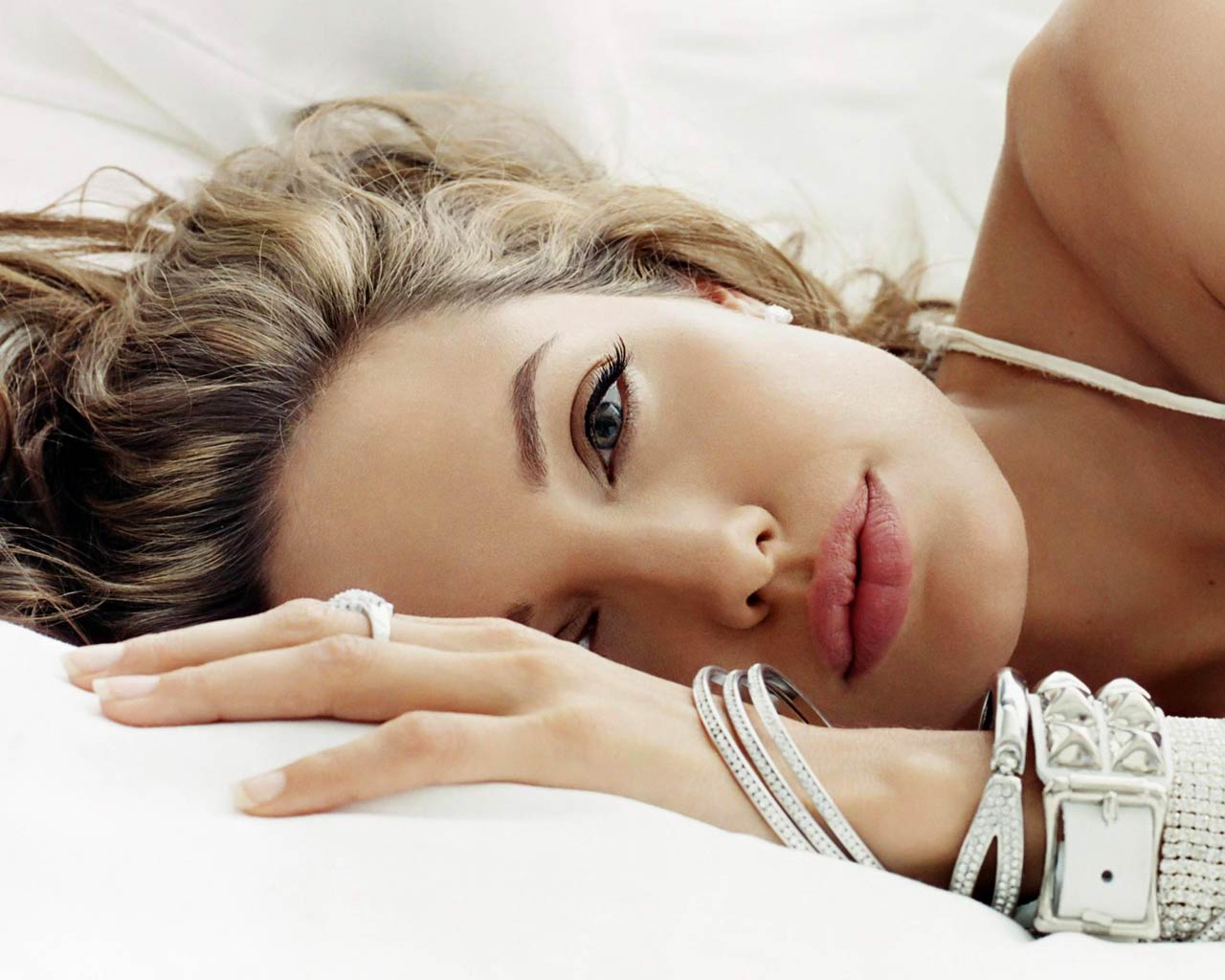 http://3.bp.blogspot.com/-EPFVHiY5TbA/US-JDc1WEKI/AAAAAAAABJQ/EXJ9VRPilso/s1600/angelina-jolie-in-bed-laying-down-wallpaper.jpg