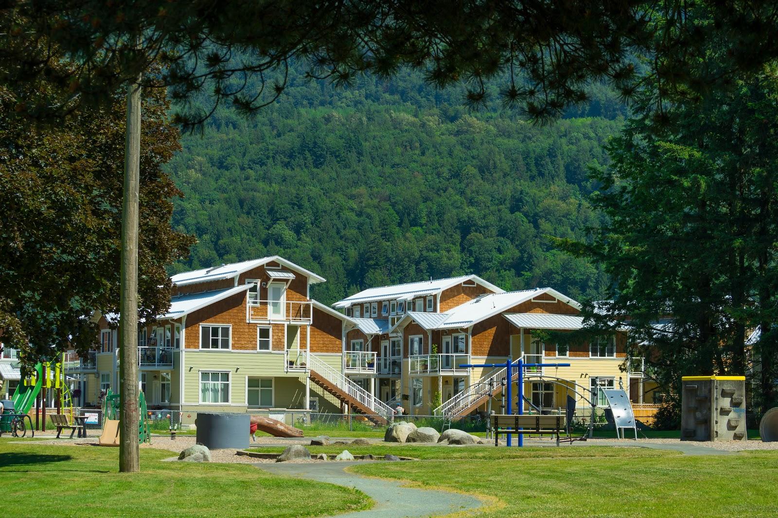Несмотря на размеры городка, тут на удивление много новых домов и молодых семей с детьми.