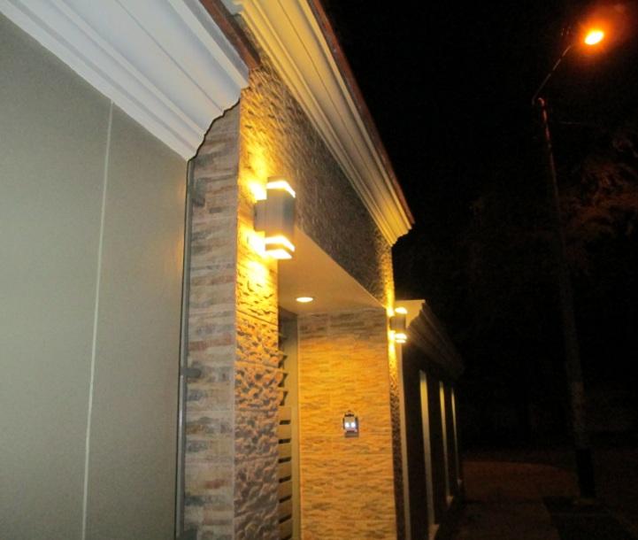 Lamparas para entrada principal materiales para la for Lamparas para exteriores de casas