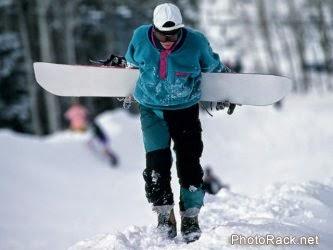 Hombre esquiando con disciplina en la nieve