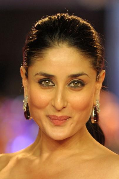 kareena kapoor in black gown at london ra. one premiere hot images