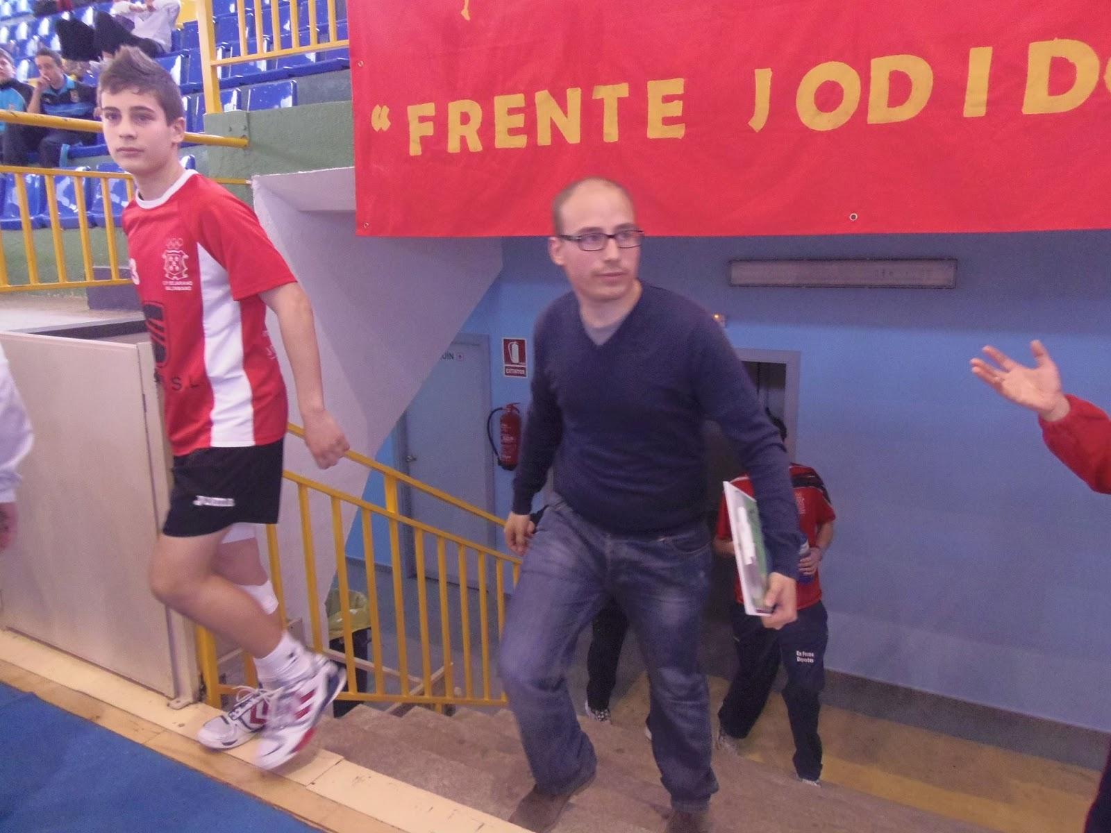 Carlos martin sale de vestuarios acompañando a jugadores