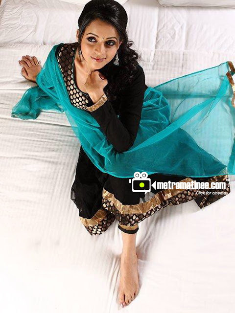 Bhavana Hot South Indian Actress Sexy Tummy Show Deep Navel