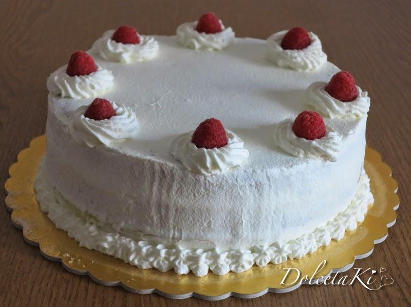 torta decorata panna e lamponi