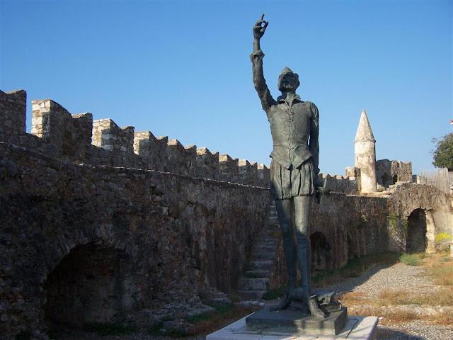 İnebahtı, Limandaki kalede Cervantes'in heykeli