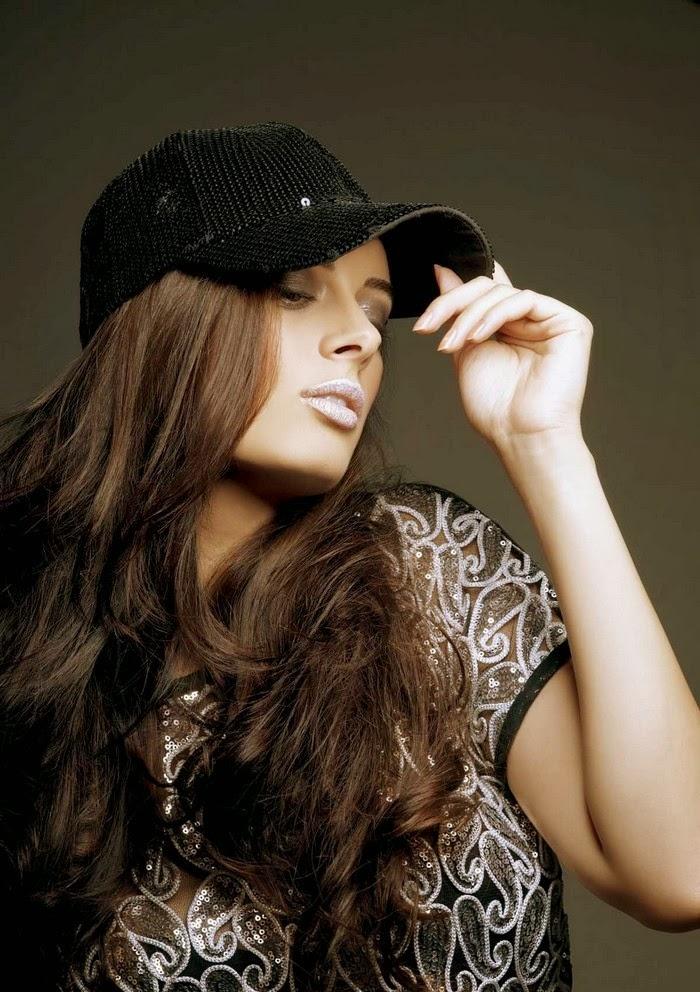 Evelyn Sharma hot cleavage