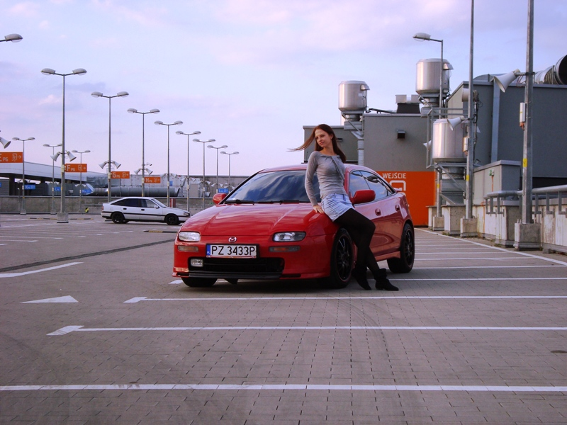 Mazda 323F BA, CB, kultowy samochód, popularne auto, dla młodego, dziewczyna, czerwony, ciekawy design, fajny, zdjęcia, JDM