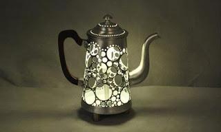 cafetera reciclada como lámpara