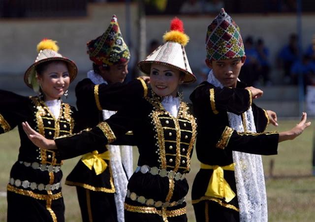 穿着民族服装跳着苏马造舞蹈