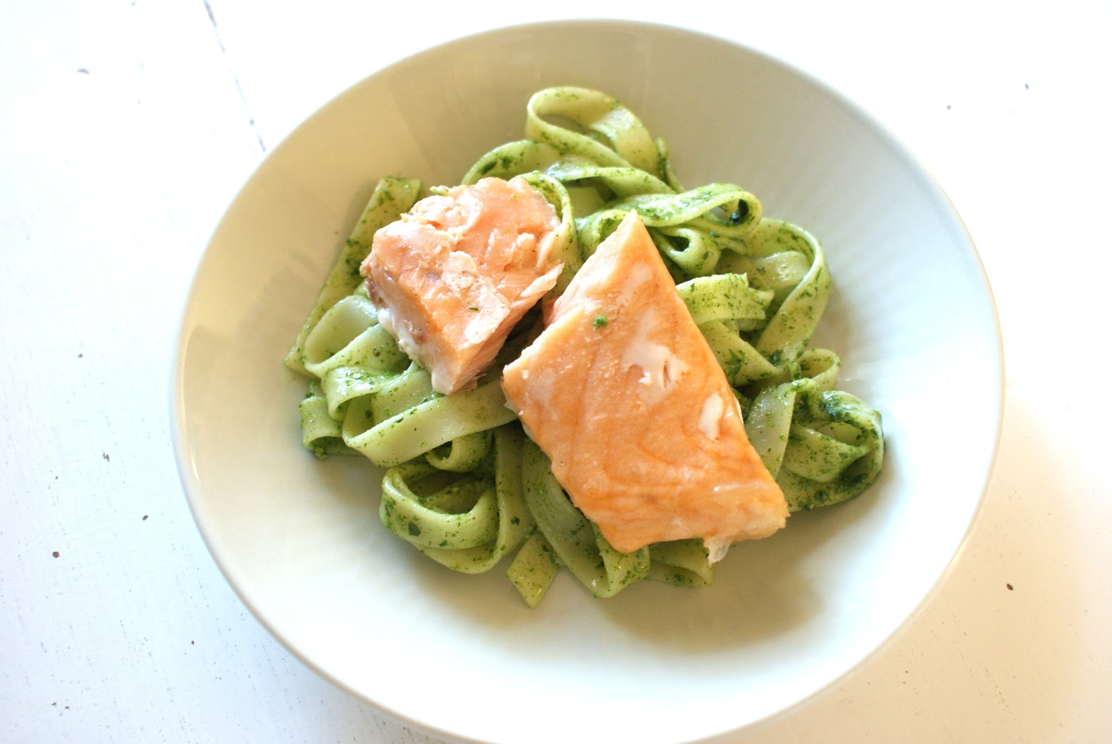 laks med pasta og pesto