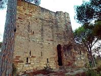 La paret nord-oest de la Torre del Clos, amb la porta d'entrada i la garita per defensar-la