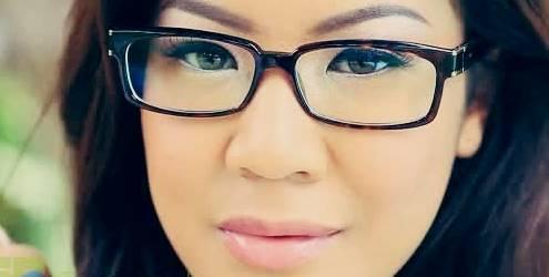 Gambar wanita muda tampak tua dengan kacamata besar culun banget