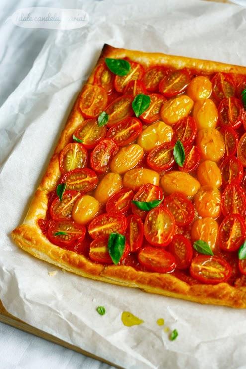 Hojaldre con tomates cherry y aliño de albahaca