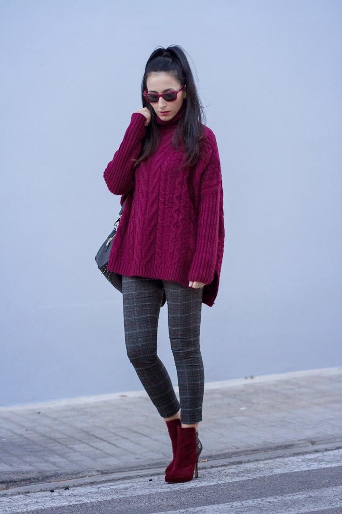 Blogger española con Coleta y look con jersey grueso y botines de tacón en color Burgundy