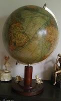 Globus mit Handelsrouten und Schifffahrtsrouten