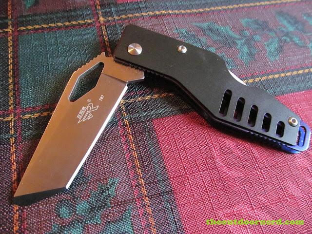 Sanrenmu B787 Pocket Knife on my holiday tablecloth