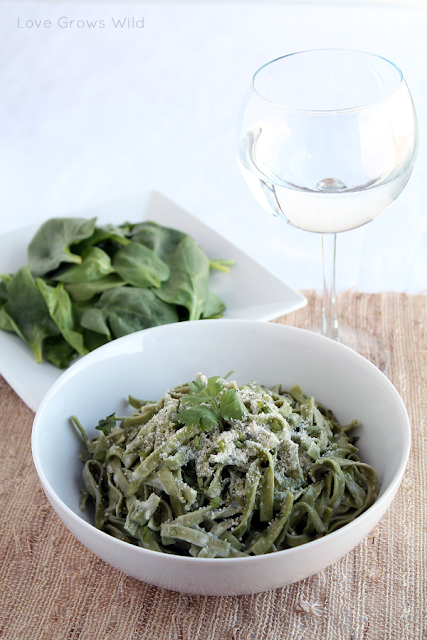 Spinach Fettuccine Alfredo - the BEST easy Alfredo sauce recipe! via Love Grows Wild #recipe