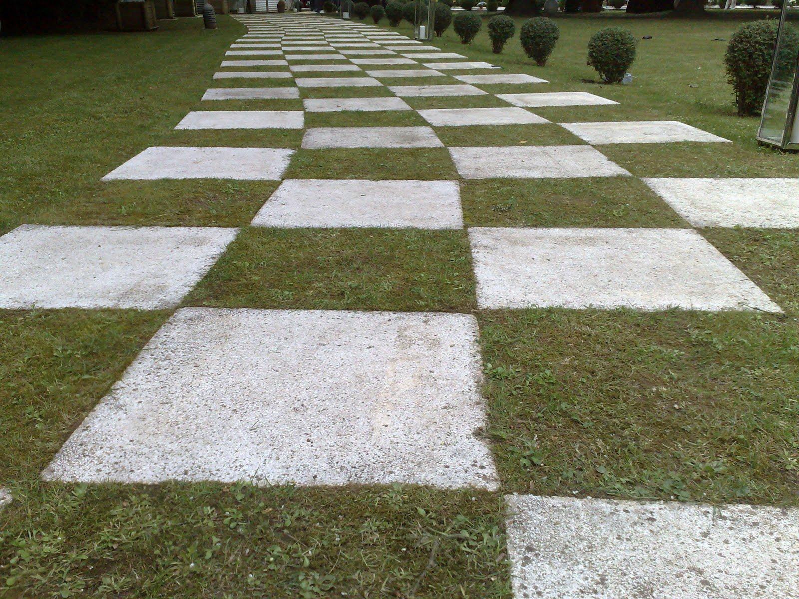 camino de cuadrados blancos y negros