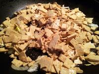 Tofu au soja et oignons en train de cuire