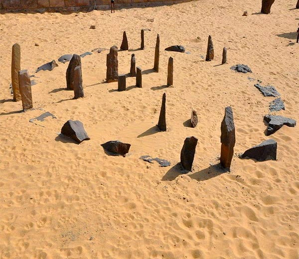 Astronomically aligned stones in Sahara desert
