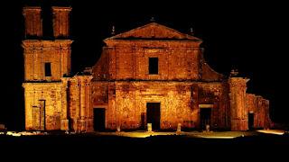"""Igreja de São Miguel Arcanjo iluminada no espetáculo """"Som e Luz"""" - São Miguel das Missões."""
