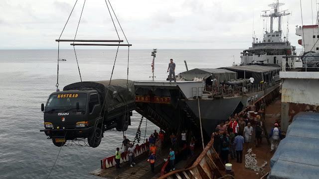 KRI Teluk Manado-537 Lakukan Debarkasi Yonif-509 Raider Pamrahwan di Papua.jpg