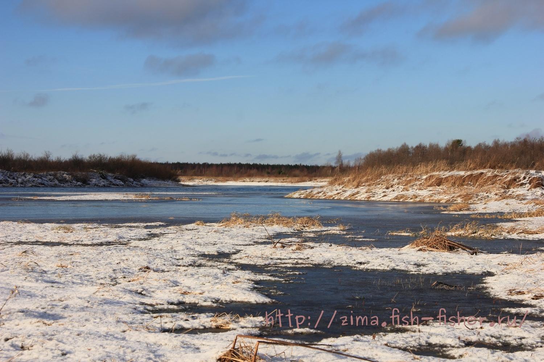 Скоро зима. На реке уже появляется первый ледок