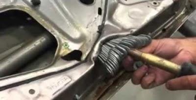 Ένας ασυνήθιστος τρόπος επιδιόρθωσης βουλιαγμάτων σε αυτοκίνητο