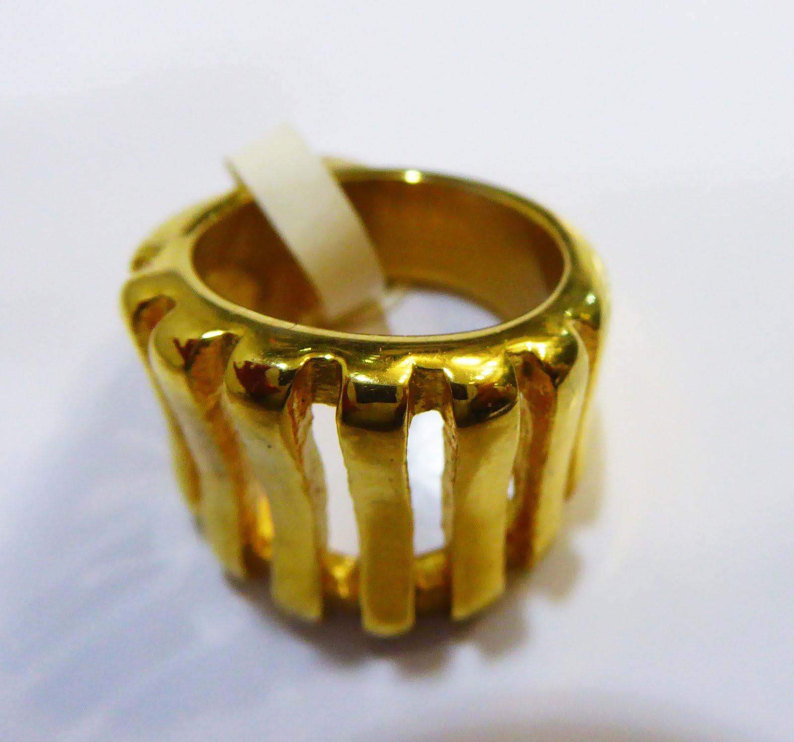 Sortija de acero dorado