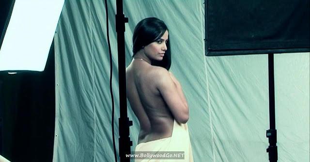 Poonam Panday Romancing with Hero of Nasha Movie indianudesi.com