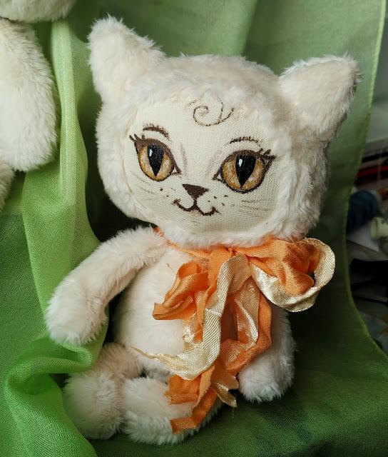 кошка с желтыми глазами