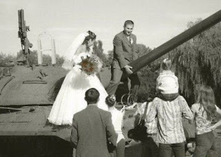 funny wedding picture: Wedding on a tank